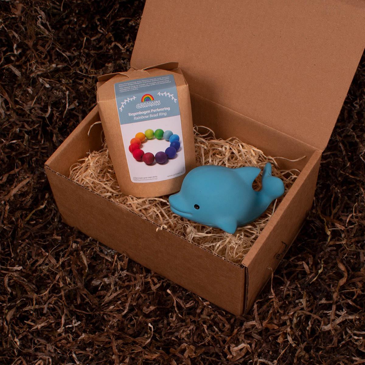 Tikiri delfin og gribering fra Grimms - Barsel- og dåbsgave   Eksklusiv gavesæt til baby og gravid mor