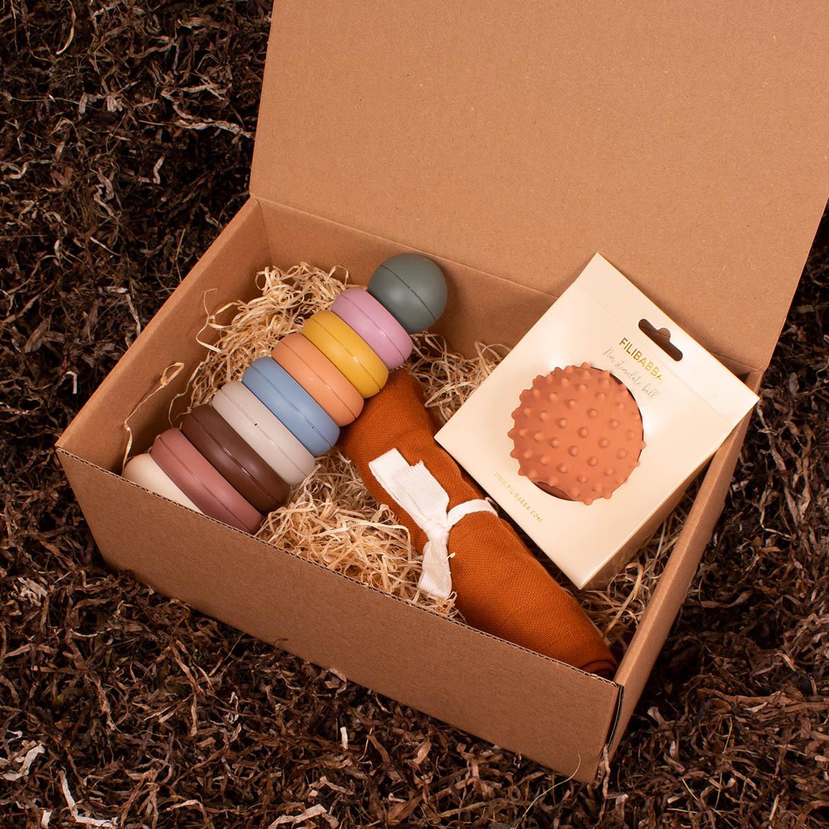 Stableringe, motorikbold og en stofble - Barsel- og dåbsgave | Eksklusiv gavesæt til baby og gravid mor