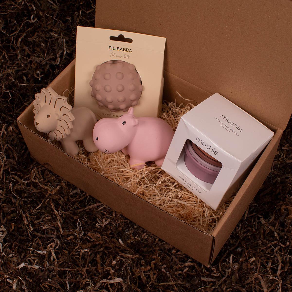 Stabletårn fra Mushie, motorikbold og 2 bide- og badedyr fra Tikiri - Barsel- og dåbsgave | Eksklusiv gavesæt til baby og gravid mor