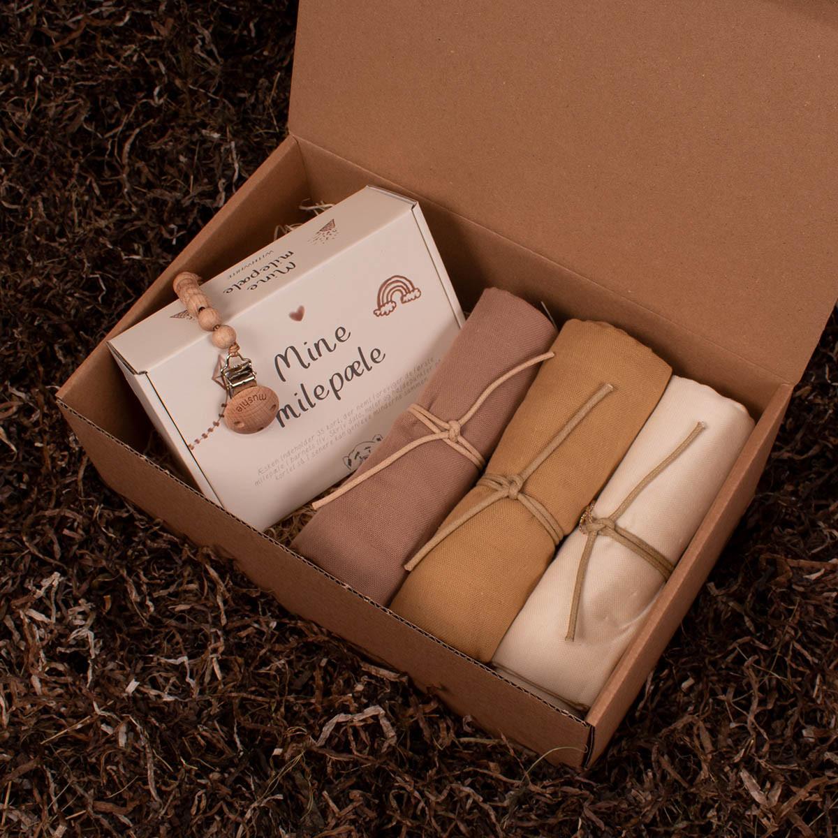 Milepælskort, 3 stofbleer og en suttesnor - Barsel- og dåbsgave   Eksklusiv gavesæt til baby og gravid mor