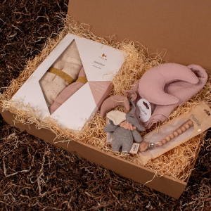 Barsel- og dåbsgave - Gavesæt sovetid | Babysvøb, nusseklud, suttesnor og et barnevognsophæng - lyserød