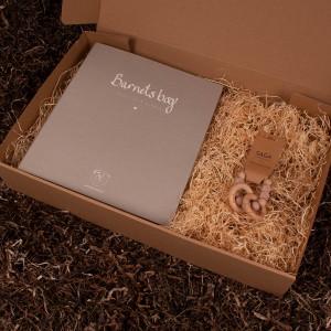 Barnets bog og rangle - Barsel- og dåbsgave | Eksklusiv gavesæt til baby og gravid mor
