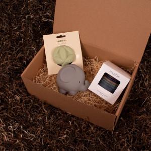 En gribebold fra Filibabba, stabletårn og et bide- og badedyr fra Tikiri - Barsel- og dåbsgave | Eksklusiv gavesæt til baby og gravid mor